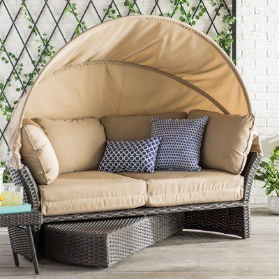 Laurel Foundry Modern Farmhouse Tiana Patio Daybed med kuddar.
